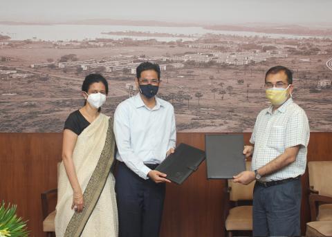 Ms. Rekha Koita & Mr. Rizwan Koita with IIT Bombay Director, Prof. Subhasis Chaudhuri while signing the agreement